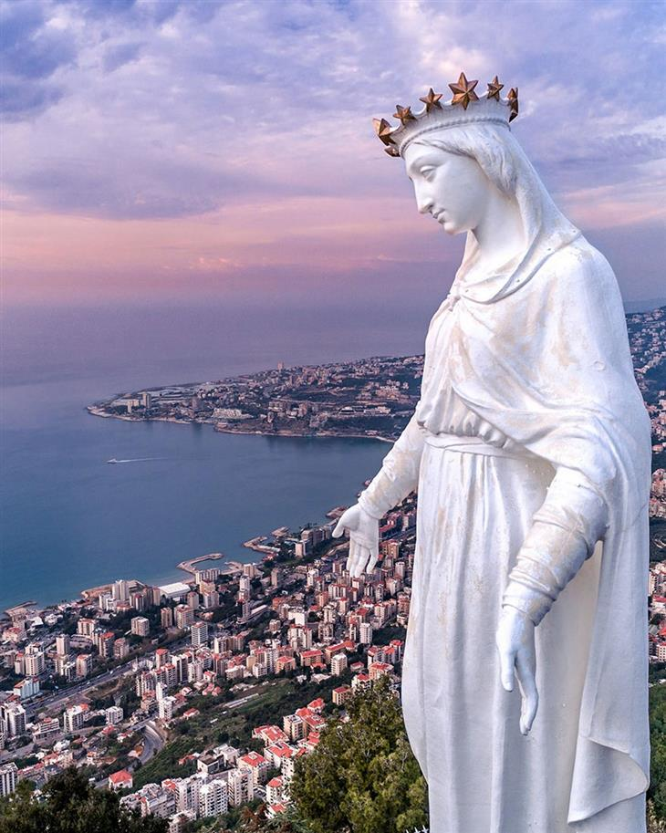 סדרת תמונות של לבנון: פסלה של גבירתנו מלבנון משקיף על העיר ג'וניה