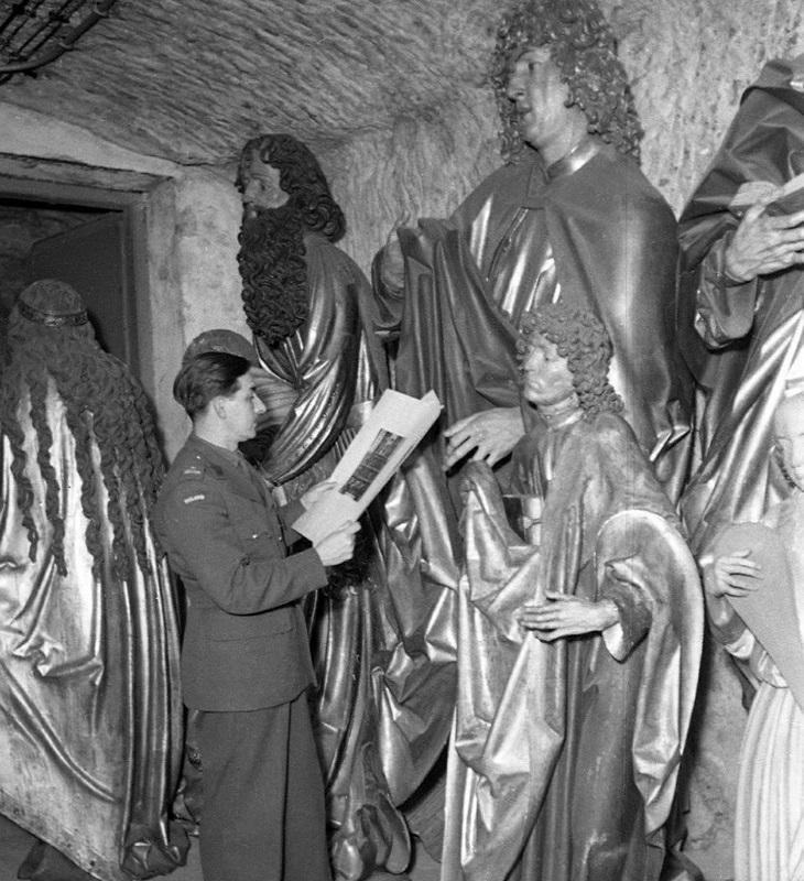 תמונות היסטוריות: קצין אמריקאי סמוך לפסל בן 500 שנים שנגנב על ידי הנאצים מקרקוב והוסתר בטירת נירנברג - שנת 1945