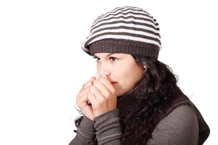 7 מקרים שמעידים על עורקים חסומים: בחורה נושפת על ידיה כדי לחממן