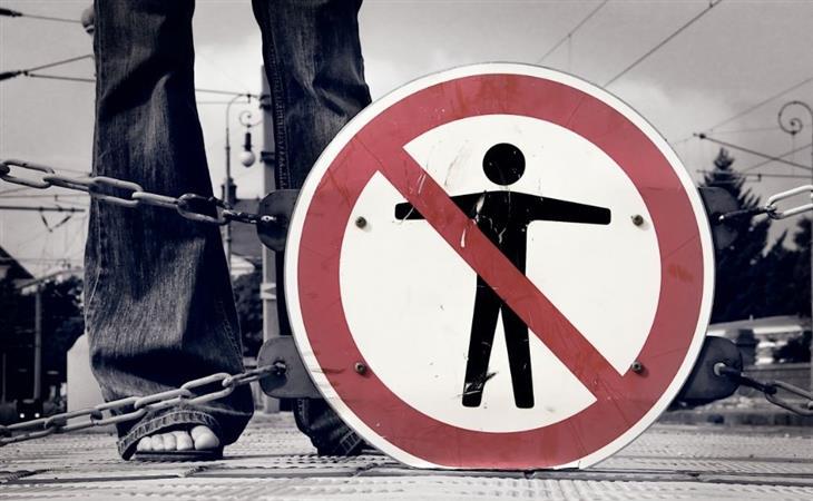 """איך להציב גבולות לאנשים: יד מסמלת """"לא"""" עם אצבע מורמת"""