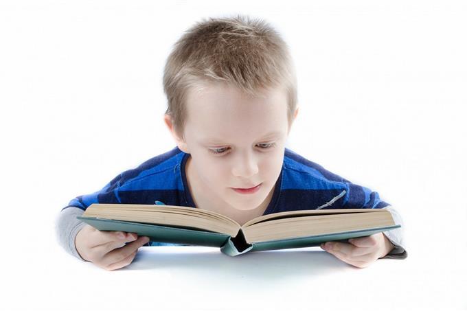 בחן את עצמך: ילד קורא בספר