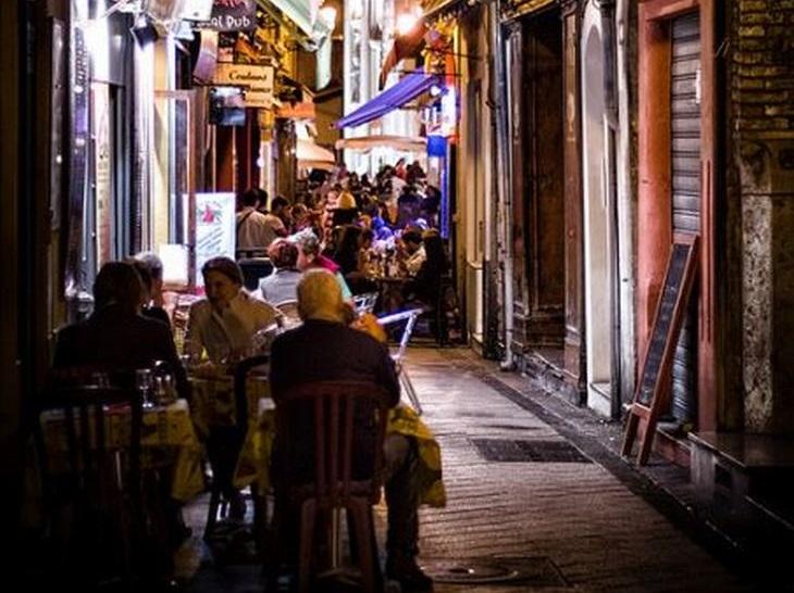 8 מקומות נהדרים שתוכלו לבקר בניס: העיר העתיקה של ניס בלילה