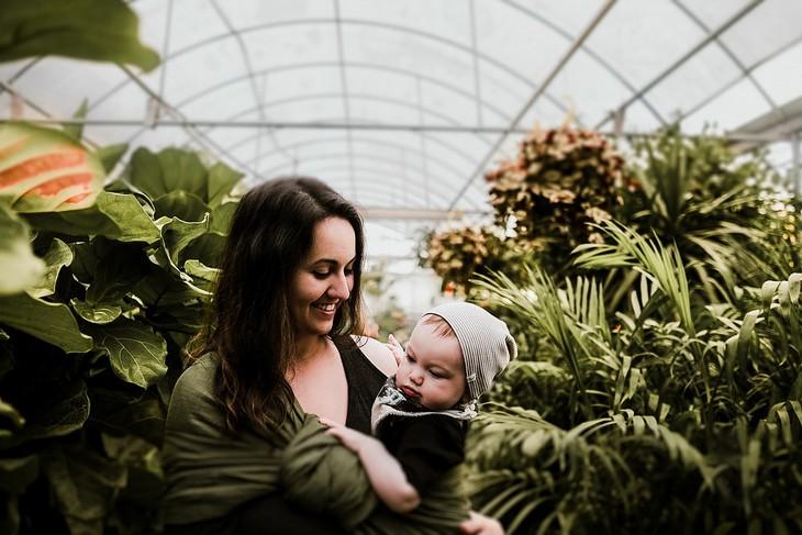 איך להבין את שפת הגוף של התינוק שלכם: אמא מחזיקה את התינוק שלה בתוך חממה
