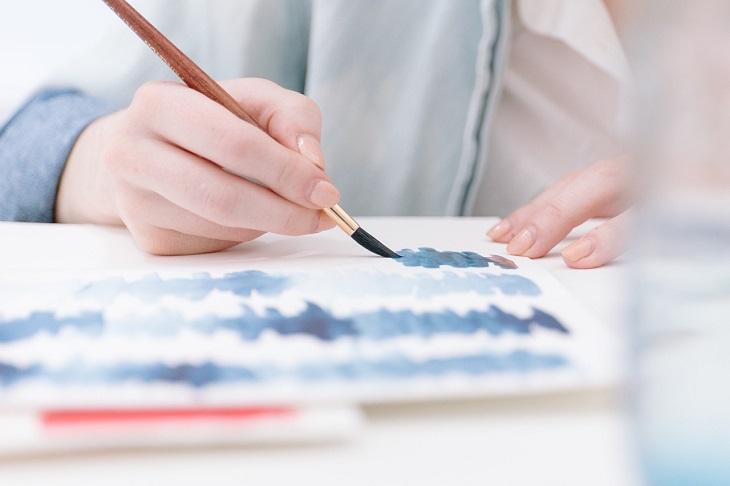 שיעורים לחיים מסבתא: יד מציירת על דף עם מכחול