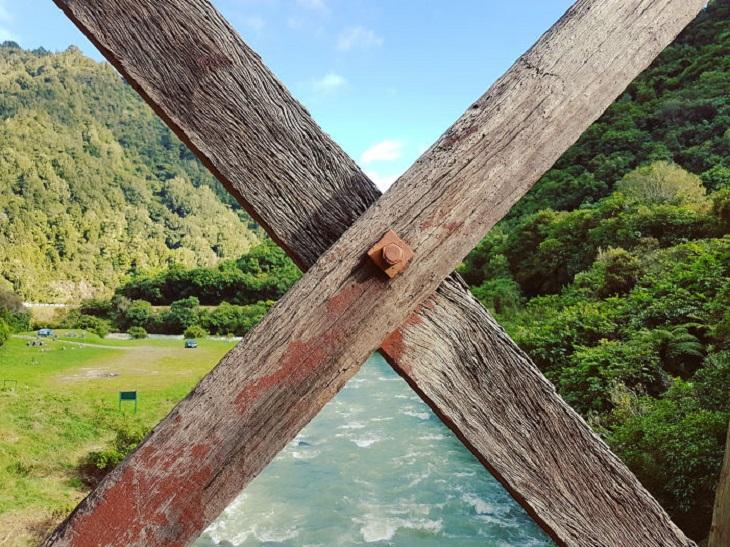 תמונות ללא פוטושופ: קרשים של גשר ומאחוריהם נוף
