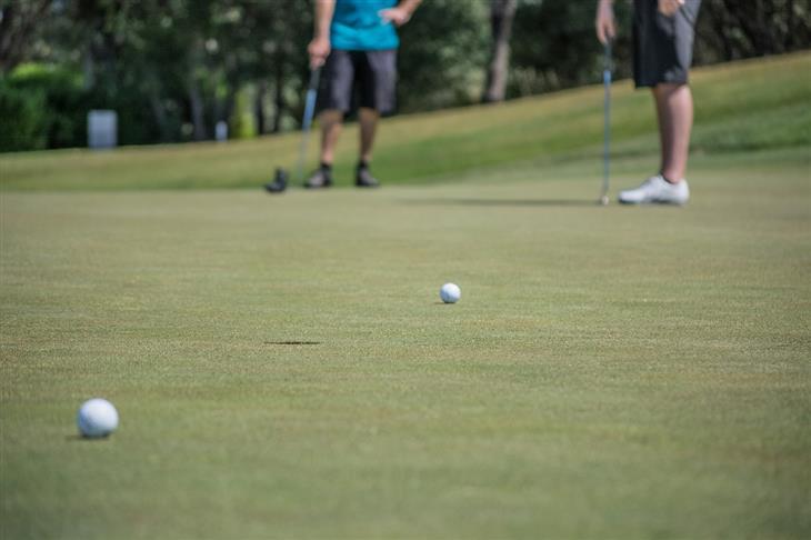 גיהינום של פוליטיקאים: אנשים משחקים גולף