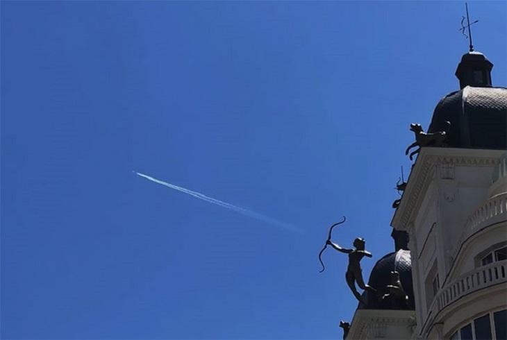 תמונות ללא פוטושופ: פסל קופידון ומטוס ברקע