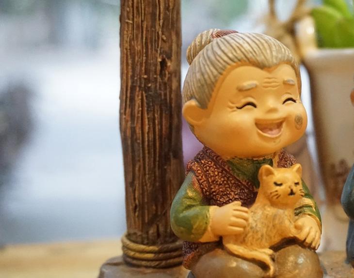 שיעורים לחיים מסבתא: בובה של סבתא מחייכת חיוך גדול