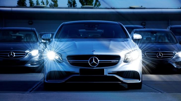 חלופות לרכישת רכב פרטי: מכוניות מרצדס עומדות בשורה ופנסיהן דלוקים