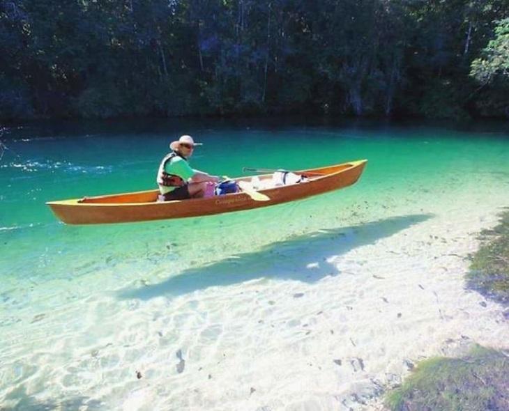 תמונות ללא פוטושופ: גבר שט בסירת קייק
