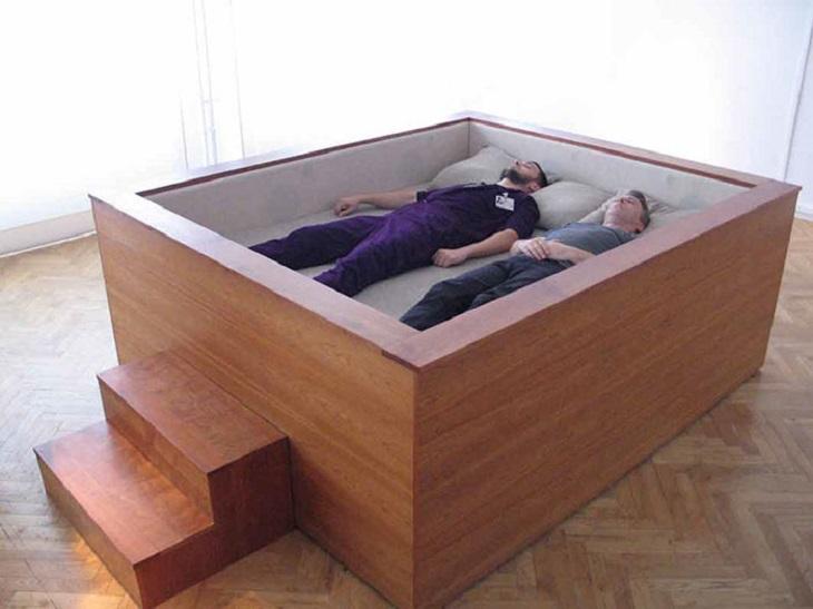 מיטות מוזרות: שני אנשים שוכבים במיטת קוביה