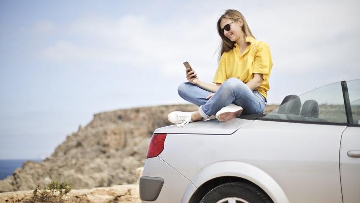 הסעת ילדים ברכב: נערה על מכונית