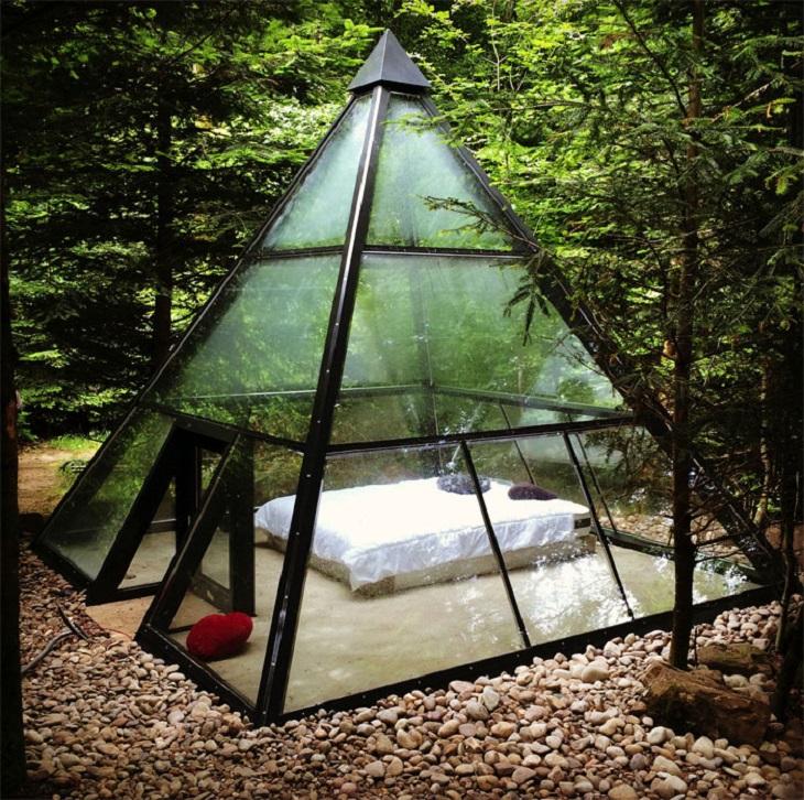 מיטות מוזרות: מיטה זוגית בתוך מבנה זכוכית משולש באמצע יער