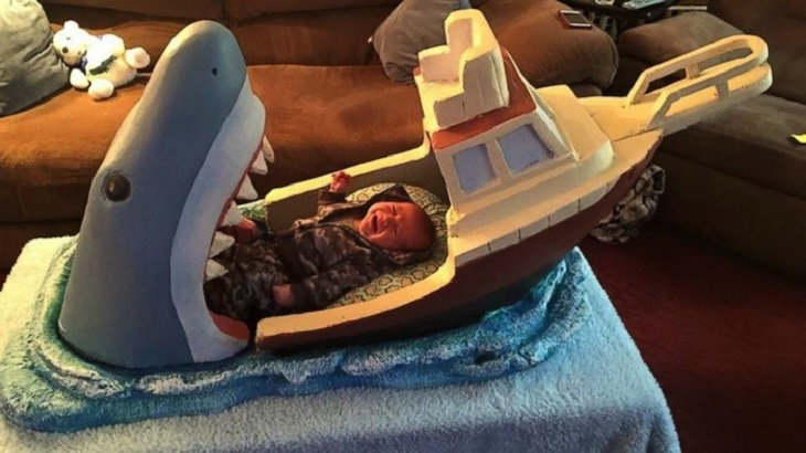 מיטות מוזרות: מיטת תינוק בעיצוב כריש טורף סירה