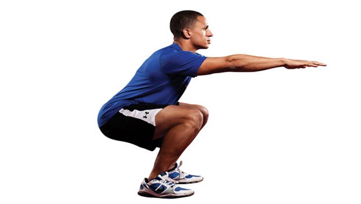 תרגילים לפני השינה: גבר מבצע סקוואט במשקל הגוף