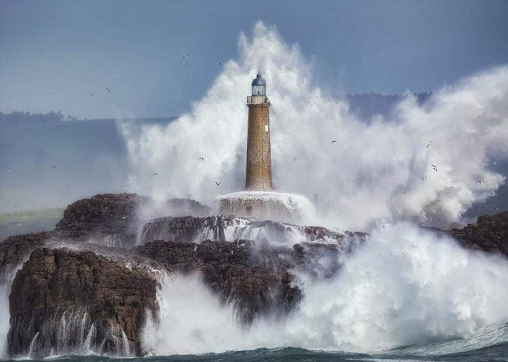 צילומי מים: גלים מתנפצים על מגדלור