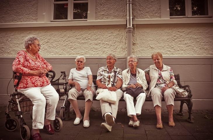 ניתוק קשרים: 5 נשים מבוגרות יושבות ברחוב ומדברות