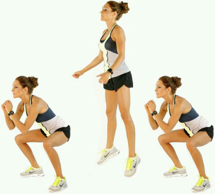 תרגילים לפני השינה: אישה מבצעת קפיצת סקוואט
