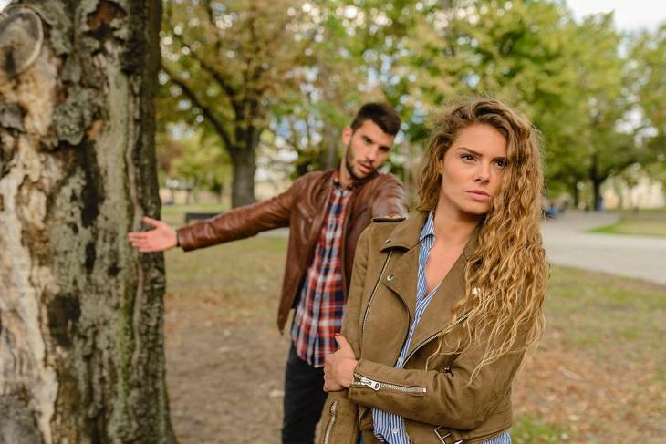 ניתוק קשרים: אישה מתעלמת מגבר שמנסה לדבר איתה