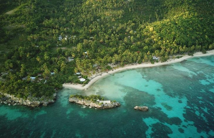 צילומי מים: חוף ים באזור אקזוטי ומיוער