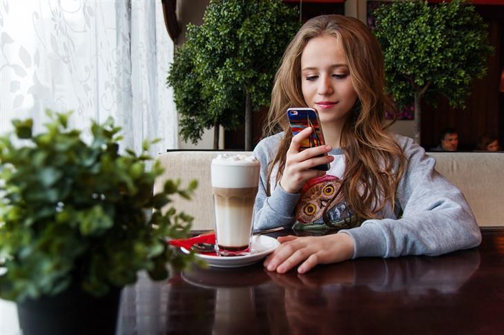 מדריך שימוש לאפליקציית family link: נערה עם טלפון נייד