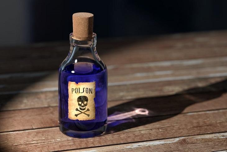 ניתוק קשרים: בקבוק של רעל בצבע כחול-סגול על שולחן