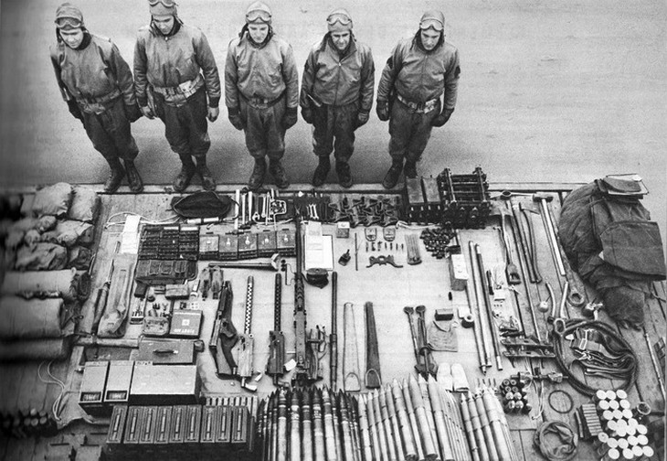 תמונות היסטוריות: צוות טנק M4 שרמן לצד מסדר פרוס של כל ציוד הטנק