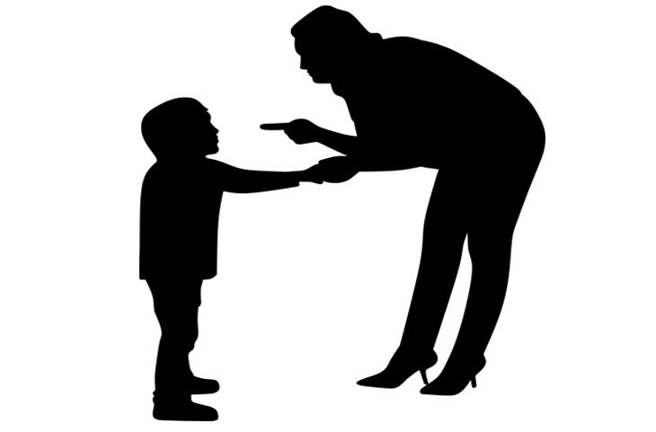 סגנונות הורות: צללית של אמא גוערת בבנה