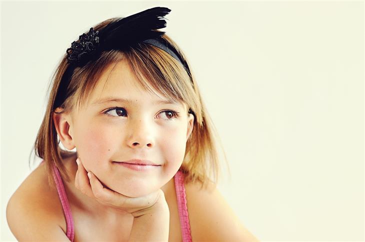 סגנונות הורות: ילדה עם מבט חולמני