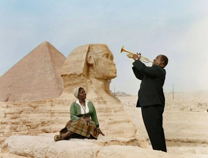 תמונות היסטוריות: לואי ארמסטרונג מנגן בחצוצרה לאשתו