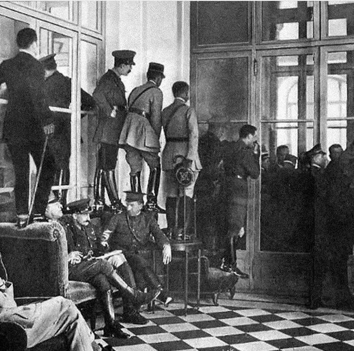 תמונות היסטוריות: חיילים צופים מבחוץ לחדר בחתימת חוזה ורסאי