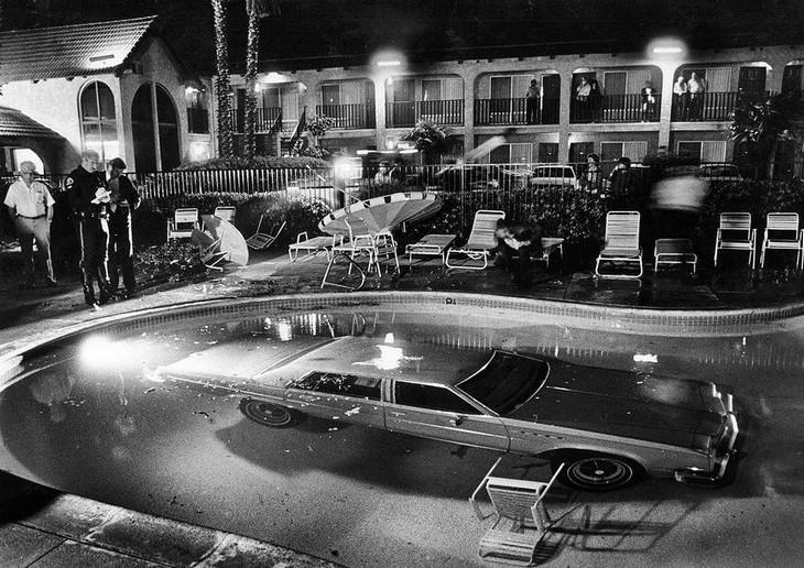 תמונות היסטוריות: מכונית שהוסעה לתוך בריכת מלון דרכים