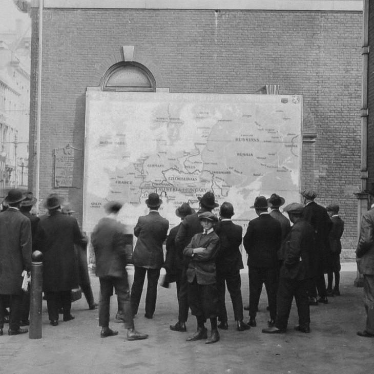 תמונות היסטוריות: חבורת גברים מסתכלת על המפה החדשה של אירופה אחרי מלחמת העולם הראשונה