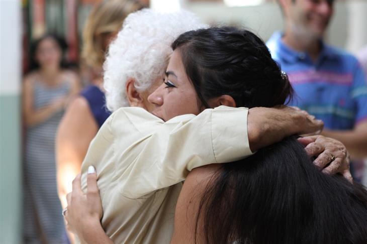 שאלות ומחמאות להורים מבוגרים: אישה מבוגרת מחבקת אישה צעירה