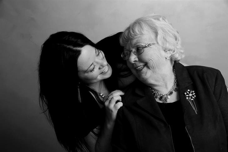 שאלות ומחמאות להורים מבוגרים: אישה מבוגרת ומאישה צעירה