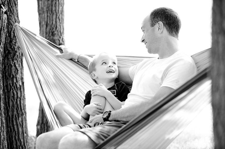 כללים לשיחה טובה עם ילדים קטנים: אבא ובן יושבים על ערסל ומדברים