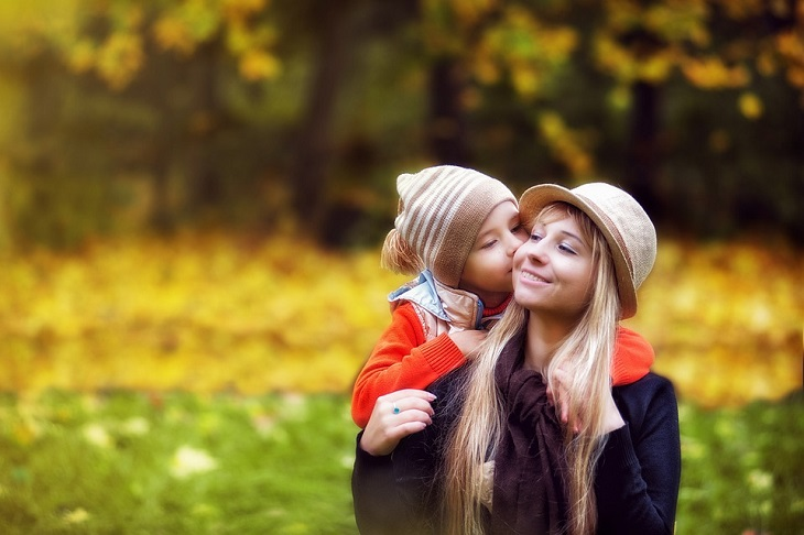 כללים לשיחה טובה עם ילדים קטנים: בת לוחשת לאמא שלה באוזן