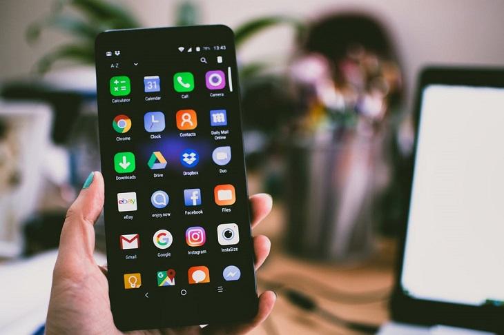 הפחתת שימוש בטלפון חכם: בחורה מחזיקה טלפון חכם