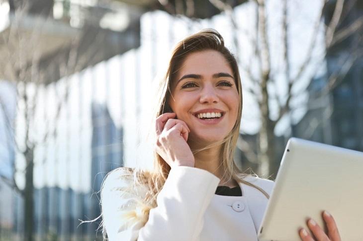 סוגי לחצים: אישה מחייכת ומדברת בטלפון