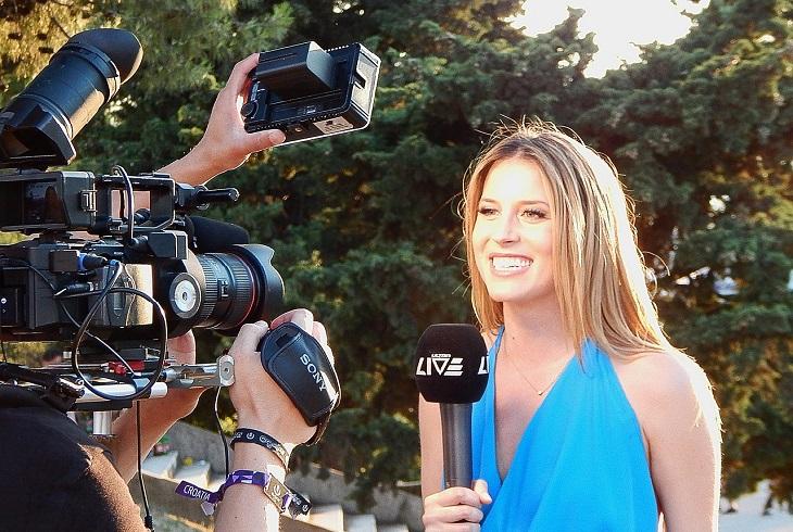 בדיחה על אישה עשירה עם 10 ילדים: כתבת חדשות מול מצלמה בשטח
