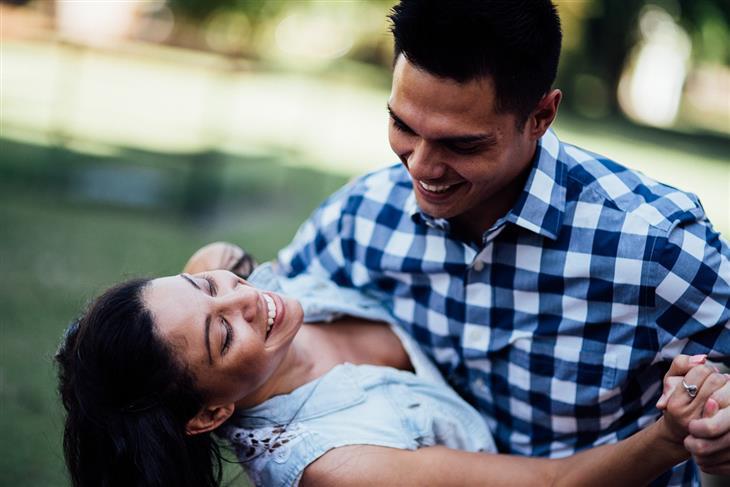איך נראית זוגיות מאושרת: זוג מחייך אחד לשנייה