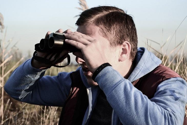 דרכים להתמודדות עם ילדות קשה: אדם מביט במשקפת