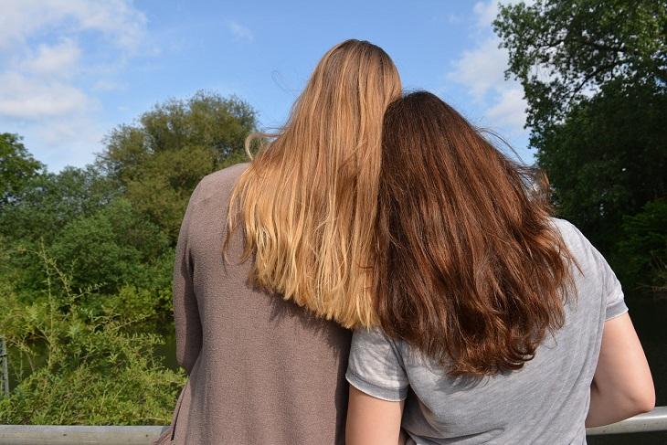 דרכים להתמודדות עם ילדות קשה: שתי נשים מניחות ראשן זו על זה