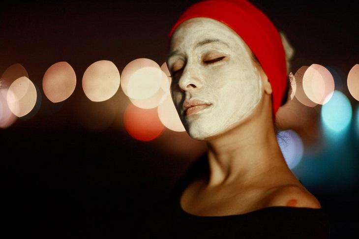 מיתוסים מעולם הטיפוח: אישה עם קרם על הפנים, עוצמת עיניים