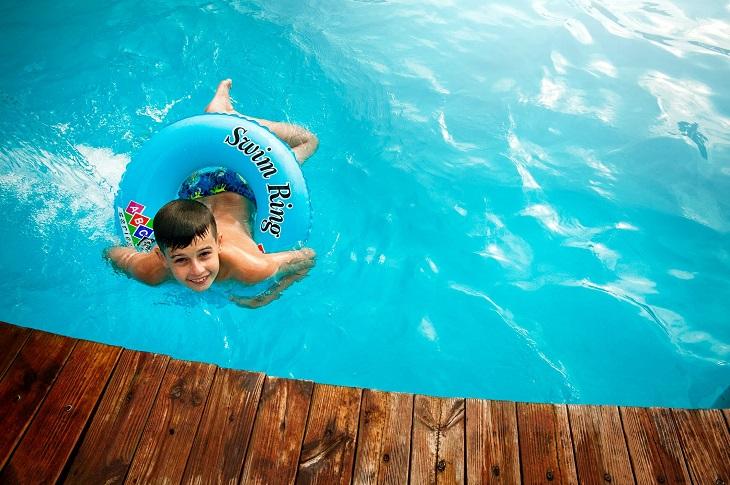 יתרונות חוגי שחיה: ילד שוחה בבריכה