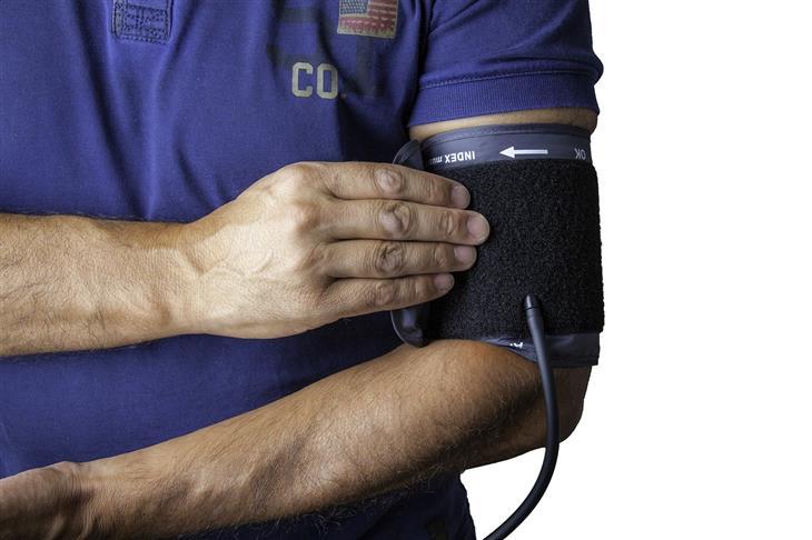 בעיות בריאותיות של דור ה-Y: איש עם מד לחץ דם על ידו