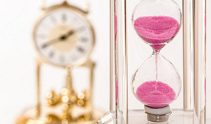 מנגנונים פסיכולוגיים שכדאי להכיר: שעון חול וברקע שעון גדול