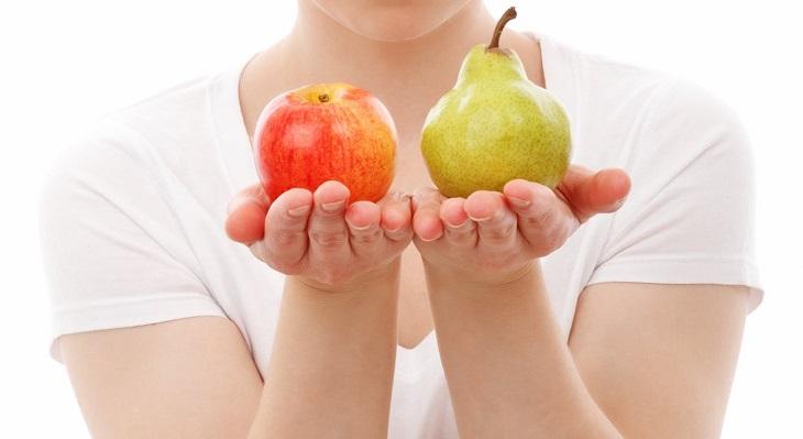 מנגנונים פסיכולוגיים שכדאי להכיר: בחורה מחזיקה ביחד אחד אגס, ובשנייה תפוח