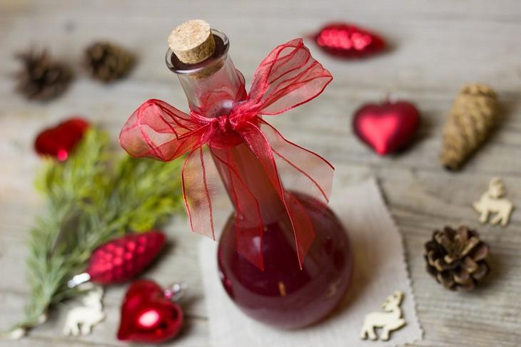 יתרונות בריאותיים של שמן זרעי רימון: בקבוק זכוכית עם שמן זרעי רימונים