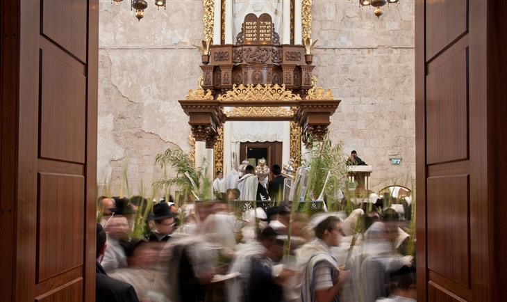 תמונות נבחרות מתוך פינת תמונות היום בוויקיפדיה: מתפללים בבית הכנסת החורבה בירושלים מבצעים את הקפות הושענא רבה